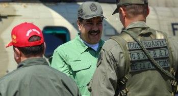 """CAR001. ARAGUA (VENEZUELA), 29/01/2019.- Fotografía cedida por el Palacio de Miraflores que muestra al presidente Nicolás Maduro (c) durante una visita a una base militar este martes, en Aragua (Venezuela). Durante la visita Maduro supervisó los ejercicios militares y en un discurso calificó de """"infantil"""" la política exterior de los Estados Unidos, luego que el asesor de Seguridad Nacional, John Bolton, dejase ver una libreta donde se lee """"5.000 tropas a Colombia"""". EFE/Cortesía Palacio Miraflores/SOLO USO EDITORIAL/NO VENTAS"""