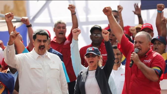Nicolás Maduro, gesticula junto a su esposa Cilia Flores y el presidente de la Asamblea Nacional Constituyente de Venezuela, Diosdado Cabello, durante un mitin en apoyo a su gobierno en Caracas, Venezuela, el 9 de marzo de 2019. (REUTERS)