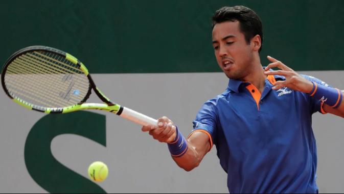 Hugo Dellien quedó eliminado en Roland Garros tras perder ante Stefanos Tsitsipas (AFP)