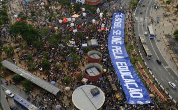 Manifestantes marchan contra un recorte al presupuesto para educación impuesto por el gobierno del presidente Jair Bolsonaro en Sao Paulo, Brasil, el jueves 30 de mayo de 2019. (AP Foto/Nelson Antoine)