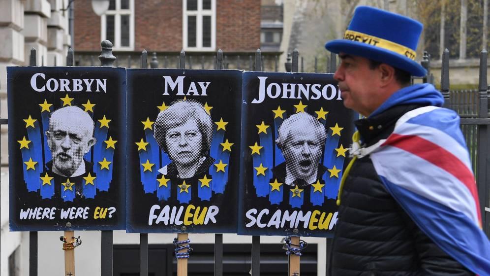 Carteles con las caras de May, Corbyn y Boris Johnson. (EFE)