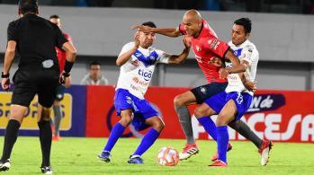 Da Silva (centro), de Wilstermann, intenta eludir a dos rivales. Galindo. | JOSÉ ROCHA