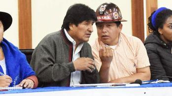 Evo Morales junto al máximo dirigente de la Central Obrera Boliviana, que hoy cerca varias ciudades.