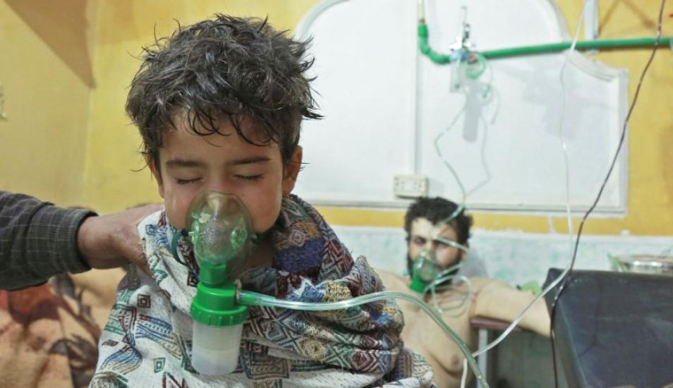 Imagen de febrero del 2018 que muestra a niños y adultos recibiendo tratamiento por un presunto ataque químico en la región oriental de Ghouta, en las afueras de la capital siria, Damasco. (Foto- AFP)