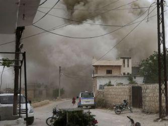 El 30 de mayo de 2019, sirios se refugian durante un ataque aéreo de las fuerzas pro-régimen en la ciudad comercial de Kfar Ruma, en la provincia de Idlib. Foto: AFP