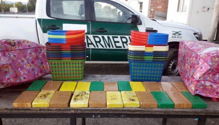 Los canastos y baldes en los que iban ocultos los paquetes con cocaína. Foto: El Tribuno