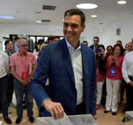 Pedro Sánchez deposita su voto en la urna con motivo de las elecciones europeas, regionales y locales que se celebran en España. Foto-AFP