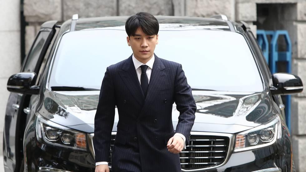 El cantante Seungri, a su llegada a la sede de la policía donde se le tomó declaración el pasado 14 de marzo en Seúl. En vídeo, las claves del caso. CHUNG SUNG-JUN GETTY IMAGES
