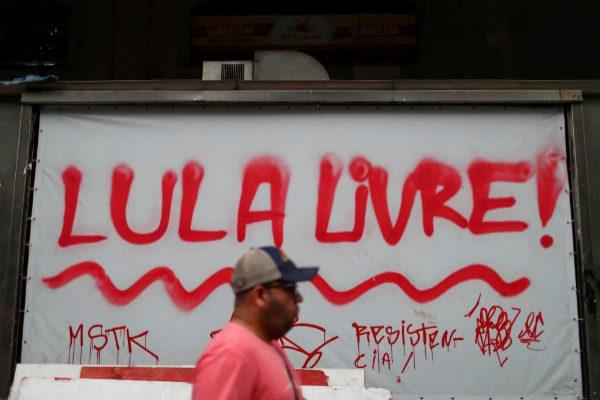 PIntadas a favor de la liberación del ex presidente Lula. PILAR OLIVARES REUTERS
