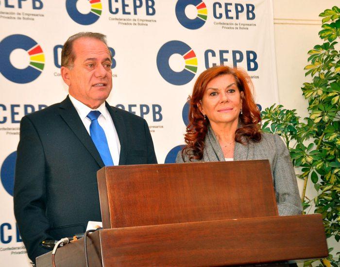 Presidente de la Confederación de Empresarios Privados de Bolivia, Luis Barbery, junto a la representante de ONU Mujeres, Violeta Domínguez.
