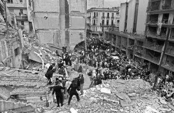 En esta foto de archivo, tomada el 18 de julio de 1994, los bomberos buscan a las personas heridas después que explotara la bomba en la Asociación de Mutuales Israelitas Argentinos (AMIA) en Buenos Aires. Foto: AFP