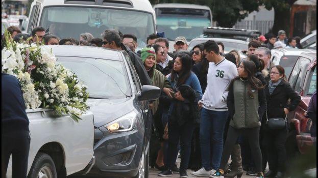 Familiares y allegados acompañaron el ataúd del dirigente hasta el camposanto. Foto Rolando Villegas / El Deber