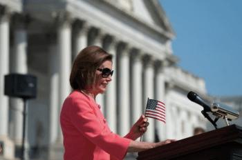 La demócrata Nancy Pelosi, presidenta de la Cámara de Representantes, y sus colegas de partido destacan algunos puntos de su agenda frente al Capitolio, en Washington. (AP Foto:J. Scott Applewhite)