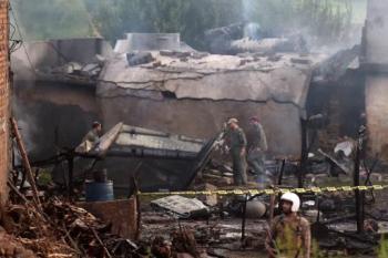 Soldados paquistaníes acordonan la zona en la que cayó un pequeño avión del ejército del Aire de Pakistán, este 30 de julio de 2019