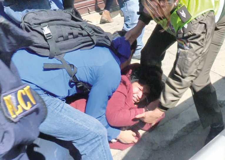 Madre de niño flagelado fue agredida a la salida de su audiencia de medidas cautelares donde se definió que sea detenida en la cárcel