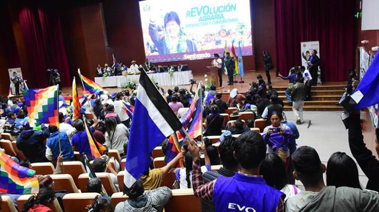 Seguidores del MAS en el acto de promulgación de decretos, ayer en Unasur.   Daniel James/Los Tiempos