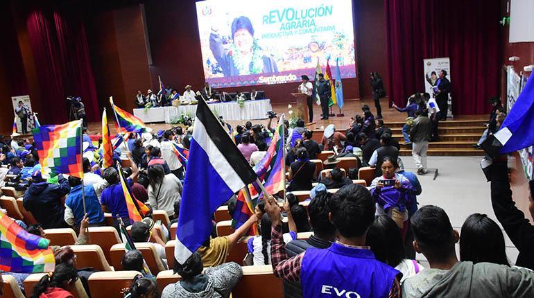 Seguidores del MAS en el acto de promulgación de decretos, ayer en Unasur. | Daniel James/Los Tiempos