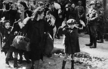 Hasta julio de 1943 llegaron a Treblinka entre uno y tres trenes por día con 60 vagones cada uno. En cada vagón, pintado con cal y a mano alzada, estaba escrito 150, 180 o 200, dependiendo de la cantidad de personas metidas a la fuerza dentro de él. Es decir, a diario llegaban entre 10 y 30 mil personas (Memorial de la Shoa)