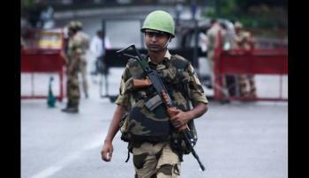 Un soldado de la India custodia la zona de Cachemira que es ocupada por su país. La tensión con Pakistán va en aumento. (AFP : Rakesh BAKSHI).
