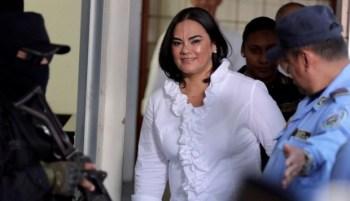 Esta fotografía del 20 de agosto muestra a la exprimera dama de Honduras Rosa Elena Bonilla, esposa del expresidente Porfirio Lobo, a su llegada al Tribunal de Sentencia en materia de Corrupción, en Tegucigalpa. (Foto: EFE)