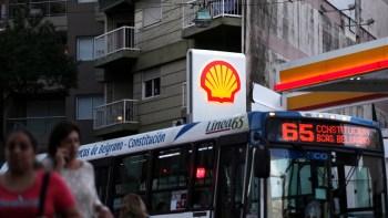 Un autobús pasa por una estación de servicio Shell en Buenos Aires, Argentina, 12 de marzo de 2018./ Reuters