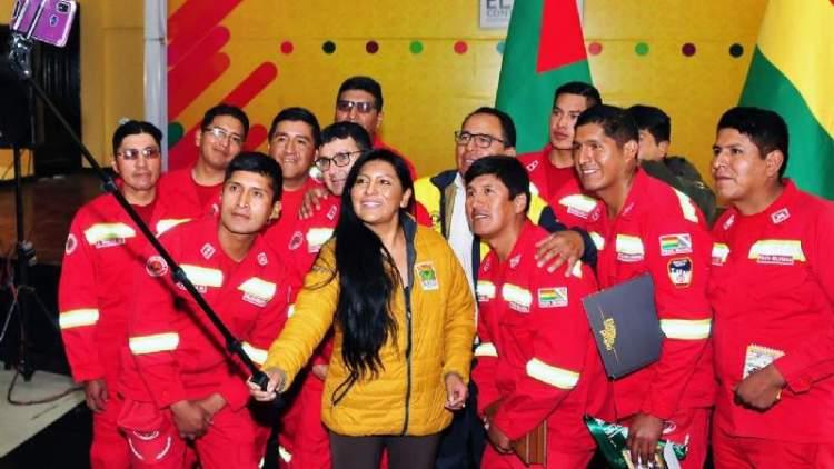 La alcaldesa de El Alto se toma una selfie con bomberos voluntarios que fueron homenajeados. Foto: AMI