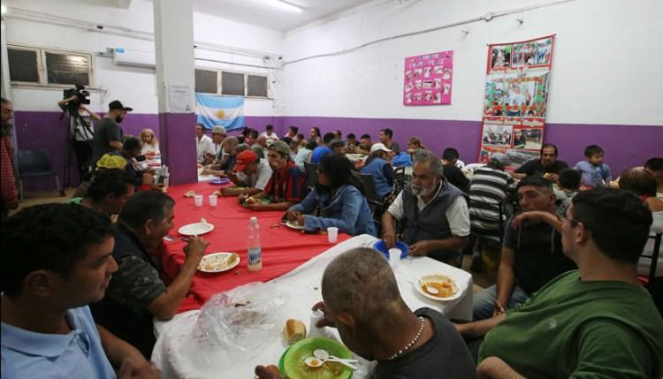 Niños y adultos reciben asistencia en un comedor comunitario de Buenos Aires, Argentina, el 3 de abril de 2019 / Reuters