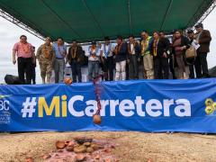Autoridades realizan la ch'alla de inauguración de construcción de la carretera./UCP