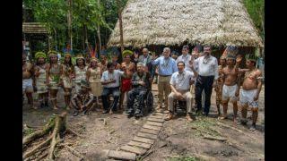 Los mandatarios también se reunieron con indígenas en la ciudad colombiana de Leticia. Foto: AFP