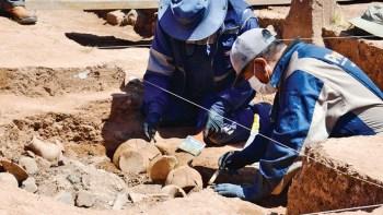 Arqueólogos en el lugar de las excavaciones. Tiwanaku, Bolivia. minculturas.gob.bo