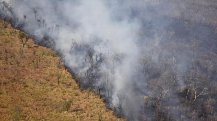 Vista aérea de humo saliendo de un incendio cerca de Charagua en Bolivia, en la frontera con Paraguay, que se registró en agosto. | Foto archivo | AFP