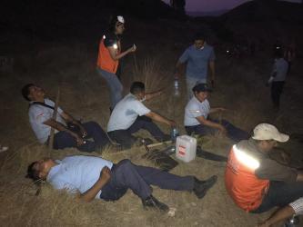 Bomberos y personal del Municipio de Tarija son asistidos por peronal sanitario para recuperarse y volver a mitigar el incendio.