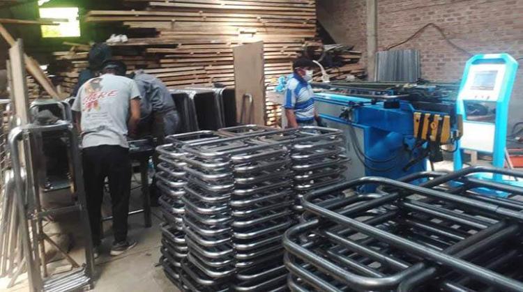 Parte del mobiliario que se está construyendo para las unidades educativas. | LOS TIEMPOS
