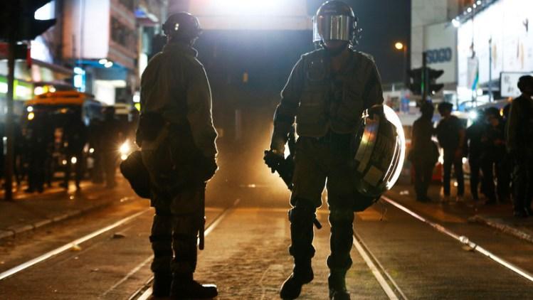 Oficiales de la Policía china durante las protestas antigubernamentales en Hong Kong/ Reuters