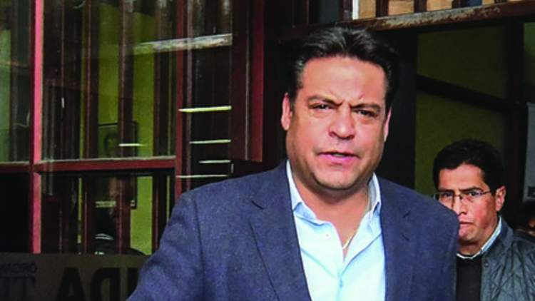 El Alcalde Luis Revilla, saliendo de una audiencia.. / APG