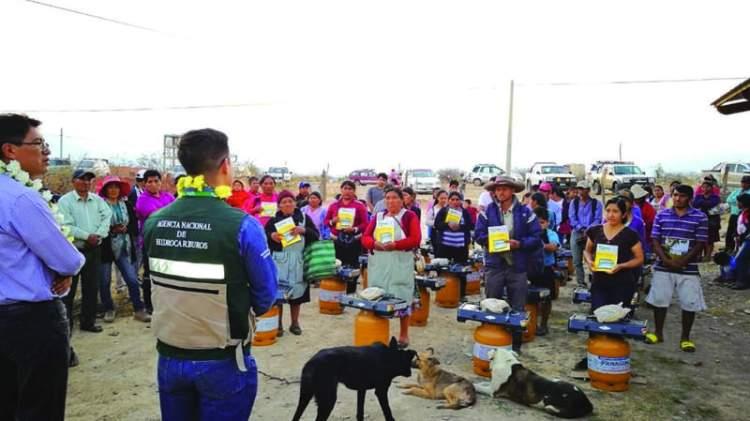 La ANH entregó cocinas y garrafas en Uriondo, Tarija.