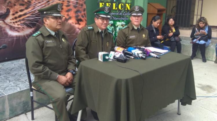 El saliente director nacional de la FELCN, coronel Maximiliano Dávila Pérez (centro). Foto- archivo:ANF