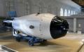 """Aunque sólo Estados Unidos ha usado una bomba nuclear en una guerra, la explosión más grande de la historia fue obra de Moscú. No hay constancia de que la bomba más poderosa del mundo causase una matanza. Nikita Khrushchev, líder soviético en 1961, deseaba intimidar a las potencias capitalistas con una exhibición sin parangón de la tecnología soviética. El mandatario quería disimular como fuera la debilidad de su arsenal atómico: el suyo era un farol monumental.  Tenía ocho metros de largo, un diámetro de casi 2,6 metros y pesaba más de 27 toneladas. La llamada """"Bomba del Zar"""" o """"Reina de las bombas"""" causó la mayor explosión provocada por seres humanos hasta ahora. Durante su desarrollo, su nombre en clave fue """"Iván"""". Hoy es recordada como """"la bomba que era demasiado grande para la guerra"""". Lo importante era asustar al mundo.  Debido a su enorme tamaño, era un arma poco práctica para su uso operativo en una hipotética guerra entre EE.UU. y la URSS. Pero supuso un gran golpe a la moral de los EE.UU., que vio su supuesta superioridad tecnológica y científica puesta en duda.  Fue detonada el 30 de octubre de 1961 como demostración, a cuatro kilómetros de altitud sobre Nueva Zembla. Este archipiélago ruso situado en el mar de Barents, en el Océano Ártico, fue el único testigo del estruendo. Su potencia: 1.500 veces la de las bombas de Nagasaki e Hiroshima combinadas. El equivalente a 57 megatones. Universidades y observatorios de Francia, Inglaterra, Japón, EE.UU. y otras zonas del mundo registraron movimientos sísmicos provocados por la explosión.  No hay constancia de la construcción de otra bomba de potencia semejante. Fue lanzada por el mayor Andrei Durnovtsev desde un aparato Tu-95 modificado especialmente para dar cabida a bomba. La bomba fue lanzada con un paracaídas gigante que pesaba casi una tonelada, de manera que los aviones pudiesen alejarse lo suficiente.  Un bombardero Tu-16 más pequeño volaba cerca, listo para filmar la explosión resultante y monitorear """