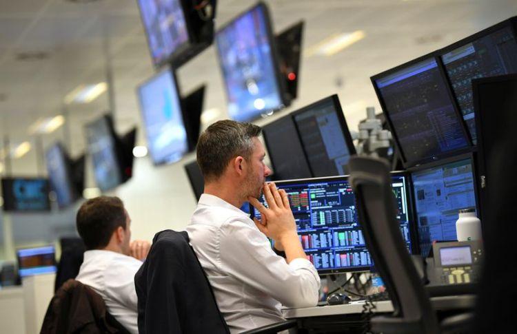 Imagen de archivo de operadores trabajando en sus escritorios en CMC Markets en Londres, Reino Unido. 30 de enero, 2019. REUTERS/Dylan Martinez/Archivo