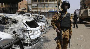 """""""Individuos armados no identificados atacaron el pueblo de Lamdamol en la noche del sábado, dejando alrededor de una veintena de muertos entre la población civil"""", según una fuente de seguridad en Burkina Faso. (Foto referencial, AP)."""