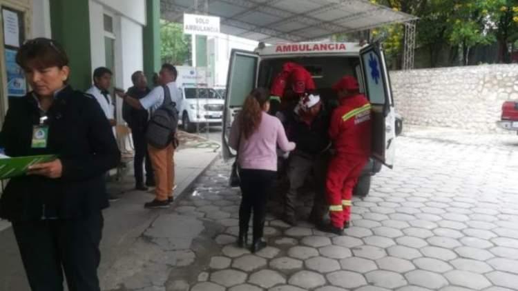 Un herido llega a la unidad de emergencia del Hospital San Juan de Dios. Foto: El País