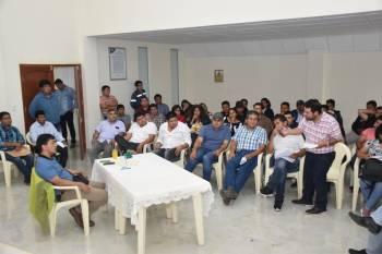 El ministro de Hidrocarburos, Víctor Hugo Zamora, en reunión hoy en Tarija con representantes del Gran Chaco