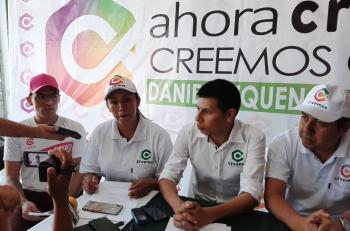Daniel Requena (al centro a la derecha)