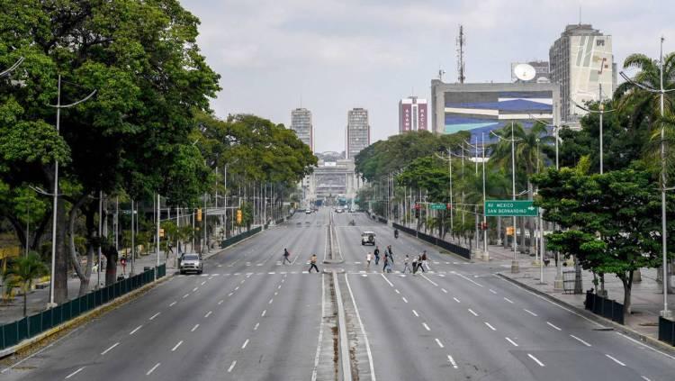 Vista de la Avenida Bolívar vacía por el covid-19, Caracas, Venezuela, 17 de abril de 2020. Foto- Federico Parra : AFP