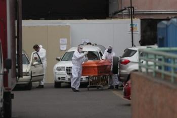 Trabajadores de un hospital mueven un ataúd afuera de la morgue de un hospital público en Santiago, Chile. Mayo 28, 2020. REUTERS/Iván Alvarado