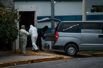 A coffin is removed from the Sermasa Hospital in the Bolonia neighborhood, using safety protocols for COVID-19 deaths in Managua, Nicaragua 30 May 2020. Public hospitals and some private centers in Nicaragua began to be saturated this week, in the midst of the COVID-19 pandemic, which has infected hundreds of Nicaraguans since last March. EFE/ Carlos Herrera