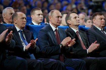 El presidente ruso Vladirmir Putin junto al director del Servicio Exterior de Inteligencia Sergei Naryshkin y el director del Servicio Federal de Inteligencia Alexander Bortnikov (Sputnik:Alexei Druzhinin:Kremlin via REUTERS).jpg
